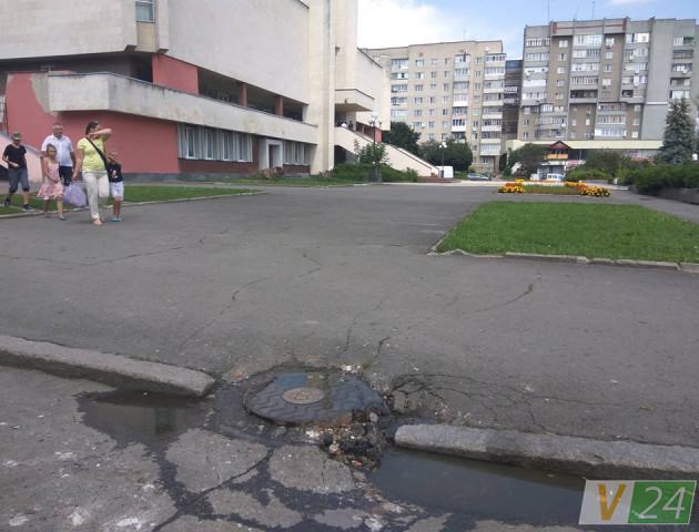 У Луцьку спальний мікрорайон потопає у смороді через прорив каналізації