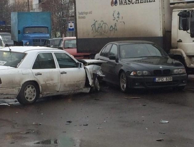 На Рівненській зіткнулися три автомобілі