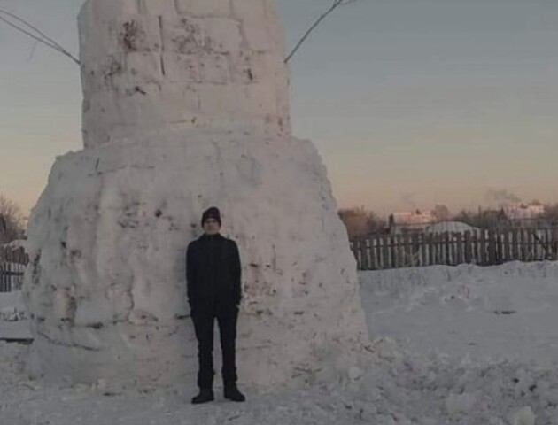 Волинський школяр тиждень «мурував» п'ятиметрового сніговика