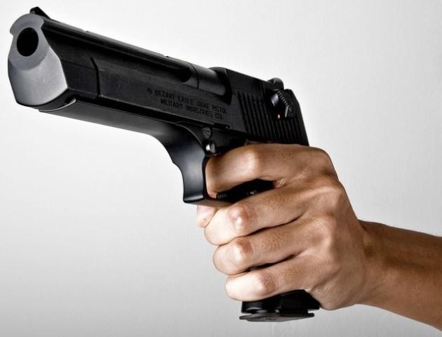 В Німеччині пенсіонер погрожував дівчині пістолетом, за те що вона не поступилася місцем в метро