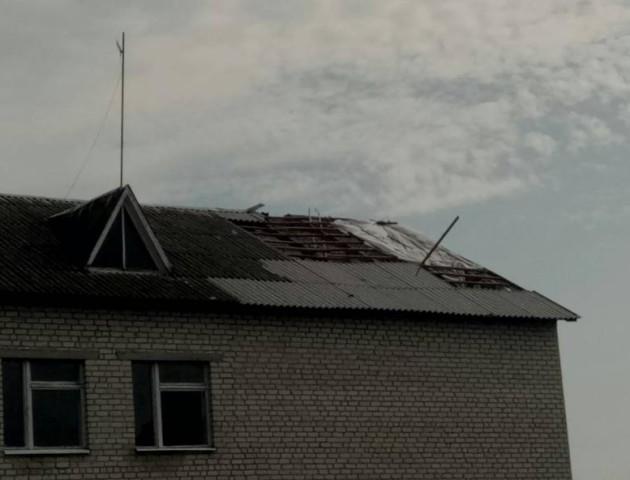 На Волині вітер «зняв дах» зі школи. ФОТО