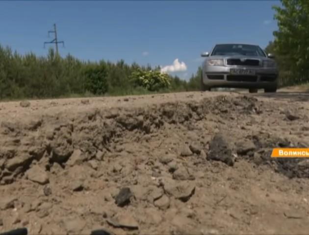Яма на ямі: на Волині жителі десятків сіл із 80-х років чекають ремонту дороги. ВІДЕО