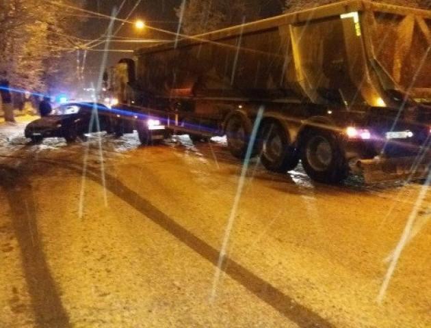 У Луцьку зіткнулися вантажівка та легковик
