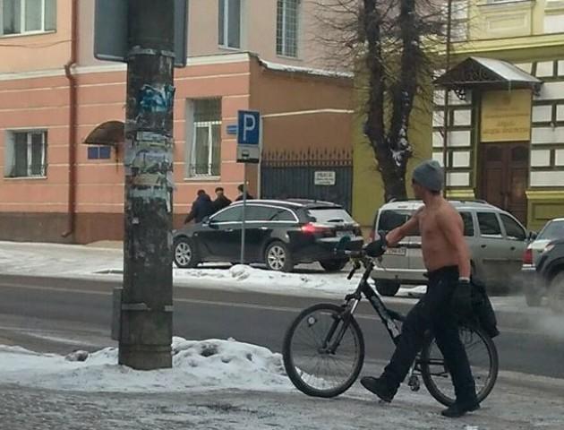 У сильний холод в Луцьку на велосипеді катається напівголий чоловік. ФОТО