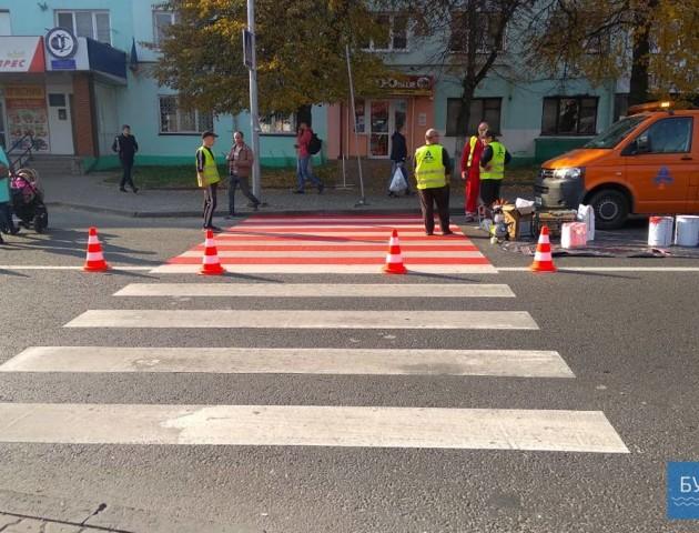 У місті на Волині з'явилися біло-червоні пішохідні переходи. ФОТО