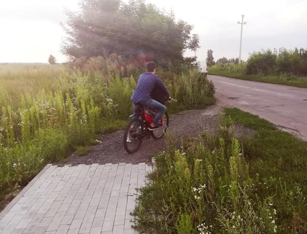 Луцький журналіст обурився «доглянутою» територією біля велодоріжки в Жидичині. ФОТО
