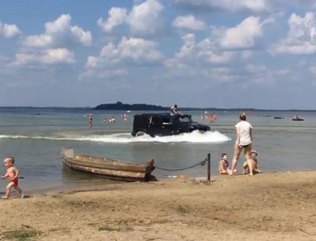 На Світязі Hummer ганяв по пляжу та заїхав у озеро. ВІДЕО