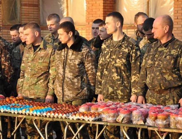 Пасха під обстрілами: черкаські священники відправили в АТО більше тисячі пасочок. ВІДЕО
