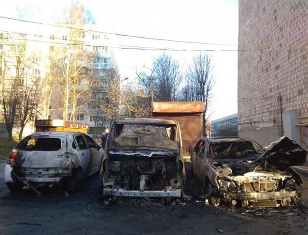 У Луцьку вночі згоріло три автомобілі