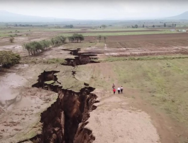 У Кенії з'явилася величезна тріщина, яка може розколоти Африку. ВІДЕО