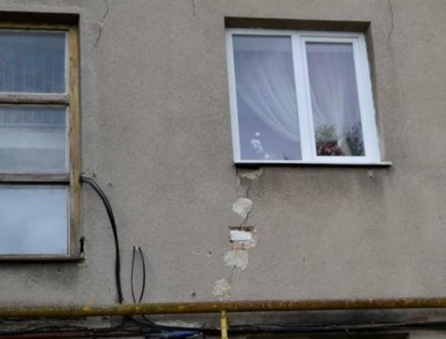 У центрі Луцька руйнується багатоквартирний будинок. ФОТО