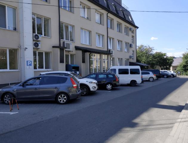 «Де можна ставити  авто???» Від луцької влади вимагають «законної» парковки у центрі міста