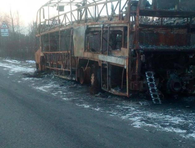 На дорозі під Ковелем досі стоїть автобус «Київ-Варшава», який згорів більше місяця тому. ФОТО