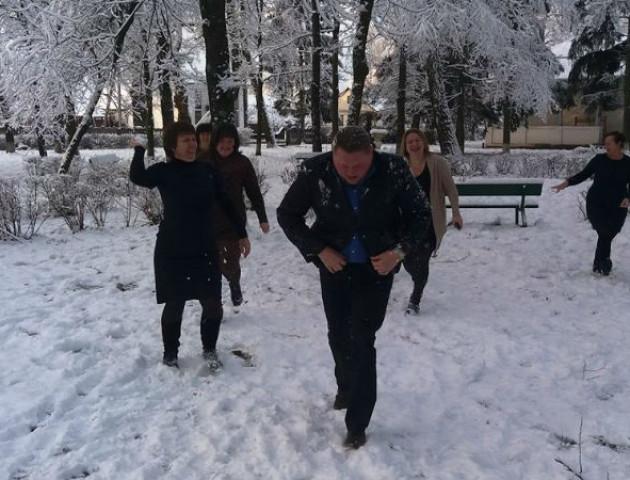 Колектив волинської школи закидав директора сніжками
