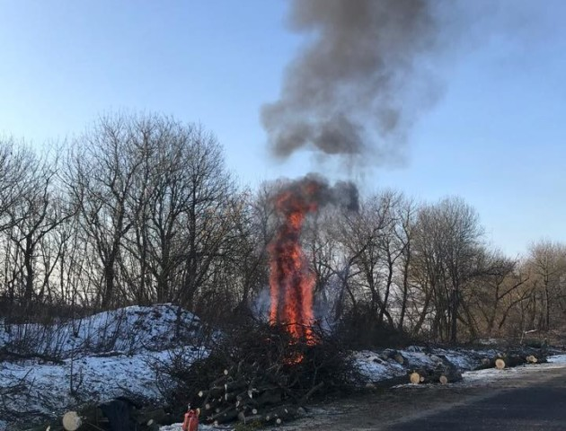 Волинські дорожники палять величезні костри незважаючи на заборону