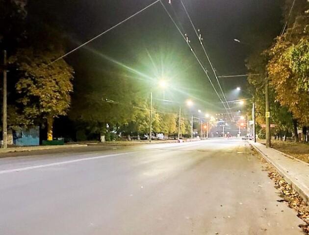У Луцьку на Рівненській встановлюють нові ліхтарі