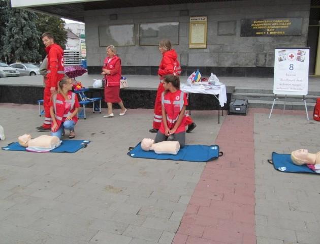 У центрі Луцька вчилися рятувати людей. ФОТО