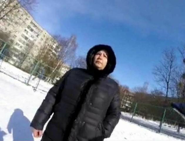 У Луцьку затримали жінку, яка вигулювала пса на дитячому майданчику