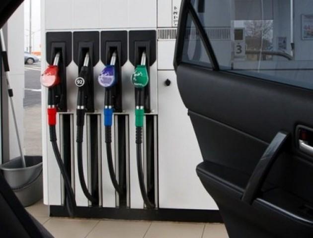 Українські АЗС продовжують  опускати ціни: скільки сьогодні коштує заправити авто