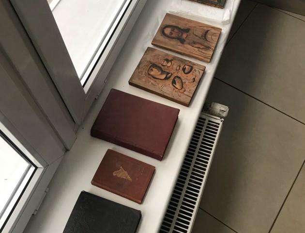 Через «Ягодин» іноземець намагався перевезти старовинні книги, ікони та тарілки. ФОТО