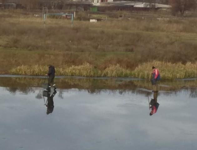 У Ковелі відчайдушні чоловіки рибалять на тонкому льоду. ФОТО