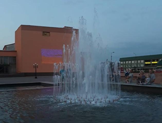 У селищі на Волині запрацював кольоровий фонтан. ВІДЕО