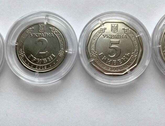 В Україні з'явились нові гроші – монета 5 гривень та оновлена банкнота 50 гривень