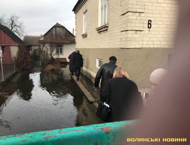 Ковельчани зірвали сесію міської ради, бо їхні будинки затопила каналізація.ВІДЕО