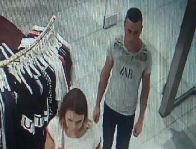У Луцьку розшукують пару, яка поцупила телефон у торговому центрі. ФОТО. ВІДЕО