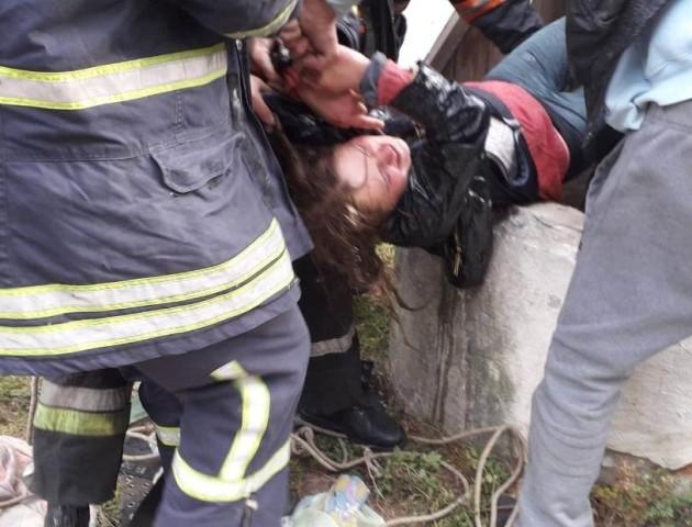 На Волині дівчина і її рятівник влетіли в 9-метровий колодязь. ФОТО