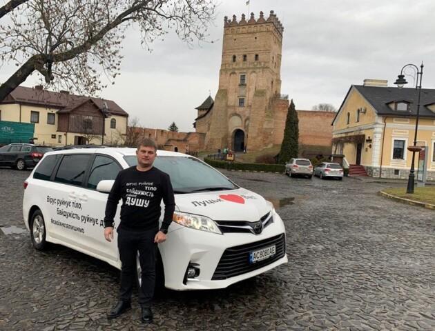 Підприємець з Луцька поїхав у Нові Санжари, аби передати евакуйованим українцям подарунки