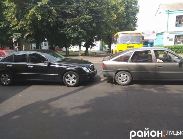 Аварія в Луцьку: Mercedes «наздогнав» Opel. ФОТО