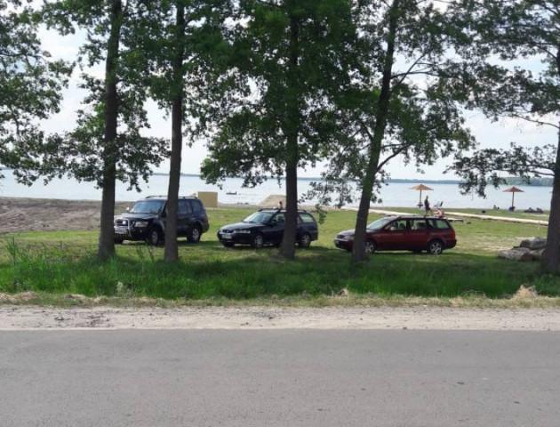 На Світязі на пляжі влаштували парковку. ФОТО