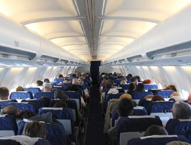 Пасажир літака вдарив чоловіка ножем через запах шкарпеток