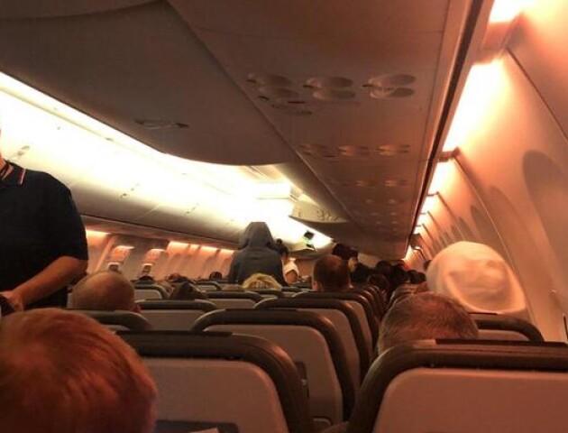 Українці, які прилетіли з Дохи, відмовляються від обсервації. Що відбувається у літаку?