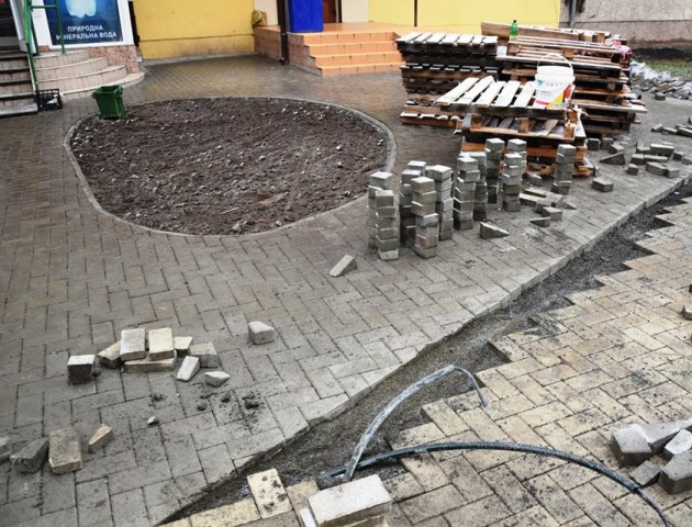 Як облаштовують сквер на місці алеї троянд в Луцьку. ФОТО