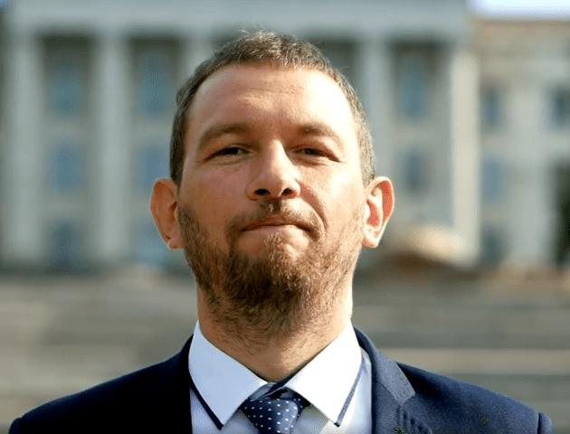 «Всі хочуть крісло»: кандидат у нардепи від Луцька зняв креативне відео