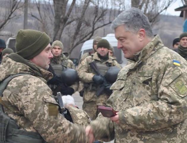 Петро Порошенко нагородив орденом волинського бійця. ФОТО