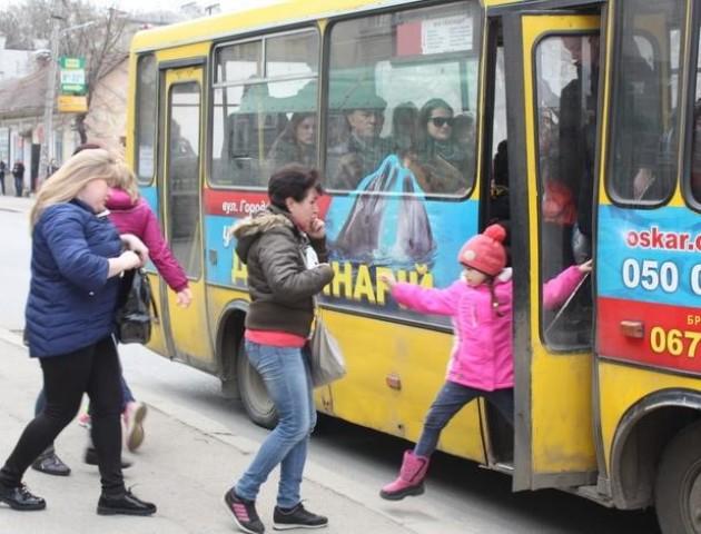 Міськрада думає, що робити з водієм маршрутки, який їхав із затиснутою у дверях дитиною