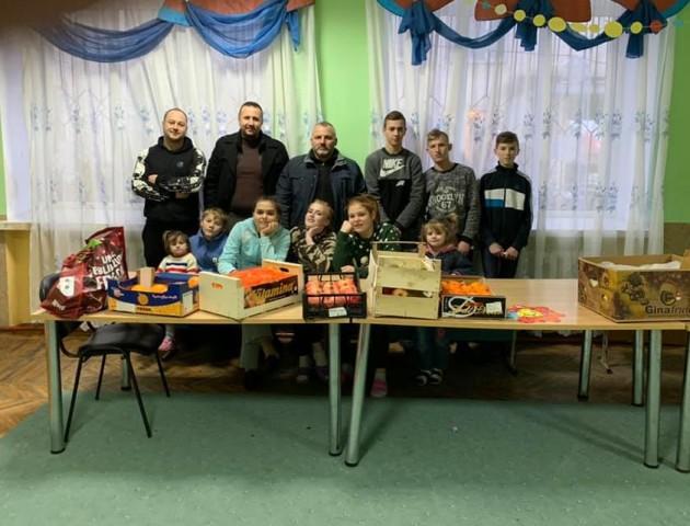 Вихованцям Рожищенського притулку подарували телевізор і смаколиків. ФОТО