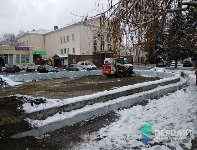 У центрі Луцька на місці колишнього фонтану встановлюють новорічну інсталяцію. ФОТО