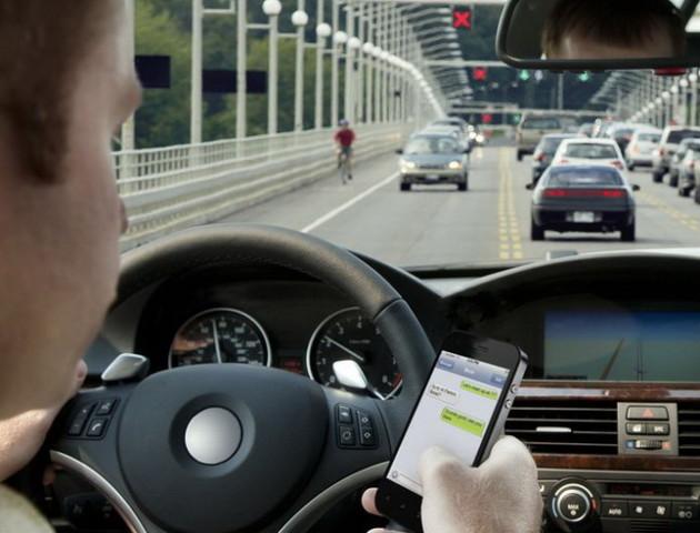 Смартфон за кермом частіше призводить до аварій, ніж алкоголь: дослідження