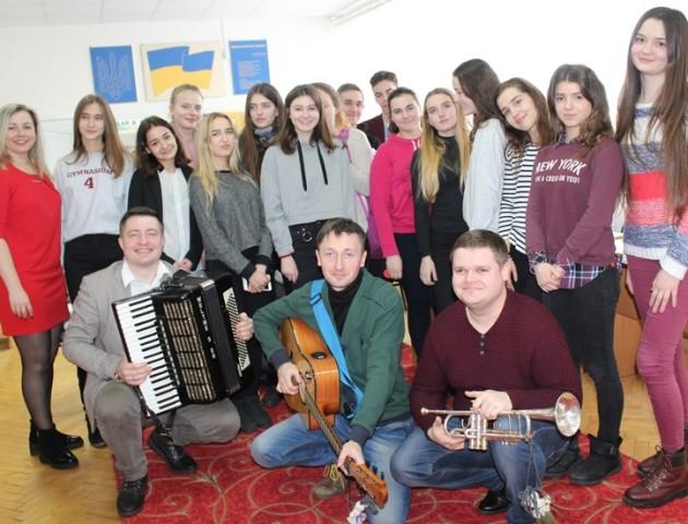 Музиканти гурту «Давня казка» презентували луцьким школярам свою творчість. ФОТО