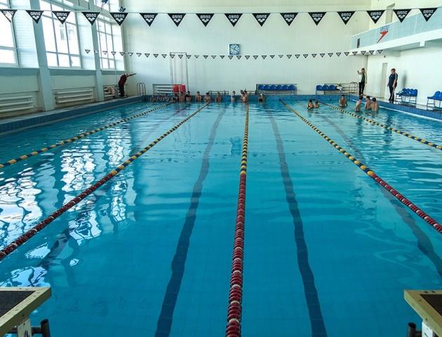 Учнів луцької школи №27 вчать плавати: скоро запрацює басейн