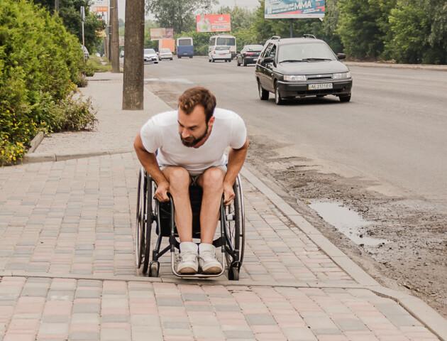 «Вулиці втрачених можливостей». Луцьк розкритикували за погані тротуари і пандуси