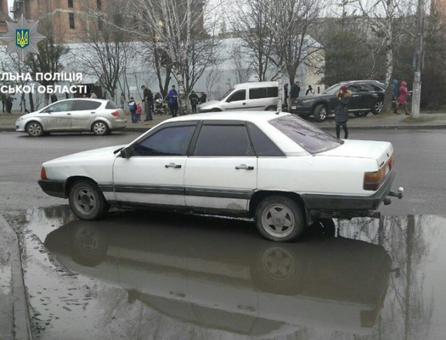 У Луцьку оштрафували водія, який припаркувався на пішохідному переході. ФОТО