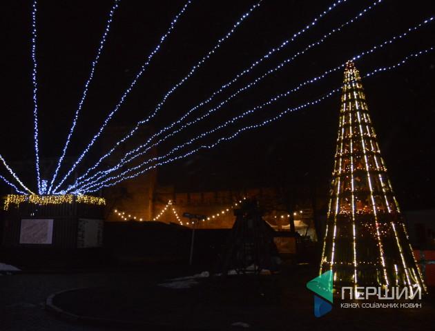 Все зіпсувала погода: на новорічний фестиваль у Луцькому замку прийшло з півсотні людей. ФОТО