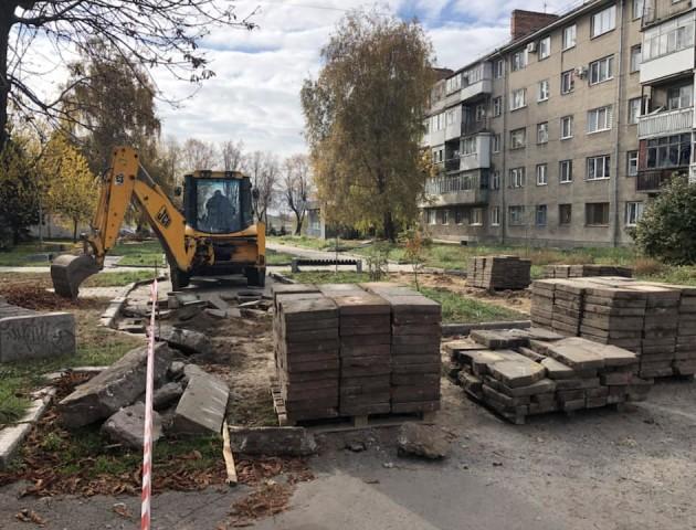 У Луцьку розпочали реконструкцію «Трояндового скверу». ФОТО