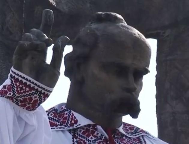 У Ковелі Шевченка одягнули у гігантську вишиванку. ВІДЕО
