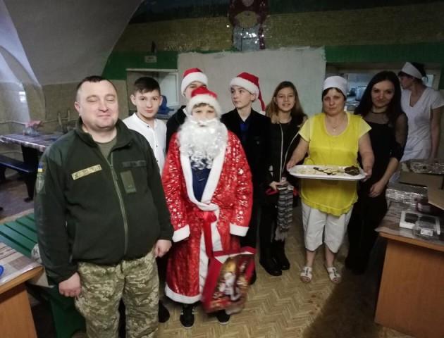 Луцькі школярі пригостили солодощами бійців у військовому госпіталі. ФОТО